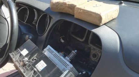 La droga nascosta sotto il vano dell'autoradio