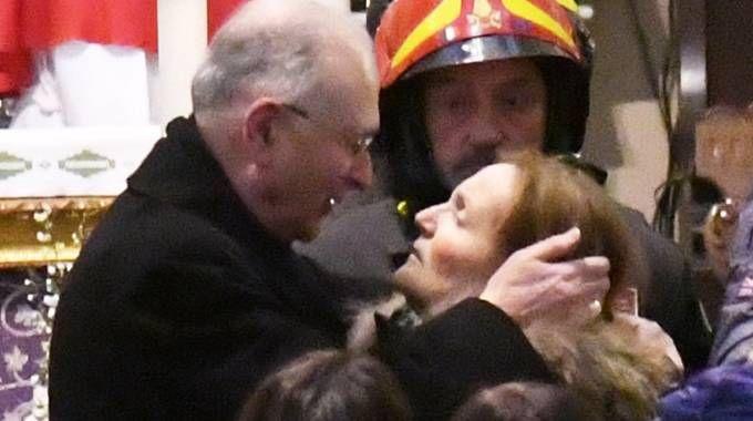 Fiorella, mamma di Andrea Lucchesi con il vescovo Italo Castellani al funerale del figlio
