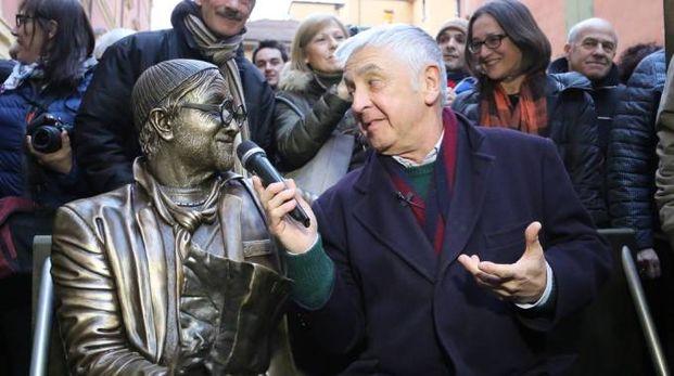 Giorgio Comaschi e la statua di Lucio Dalla in piazza dei Celestini