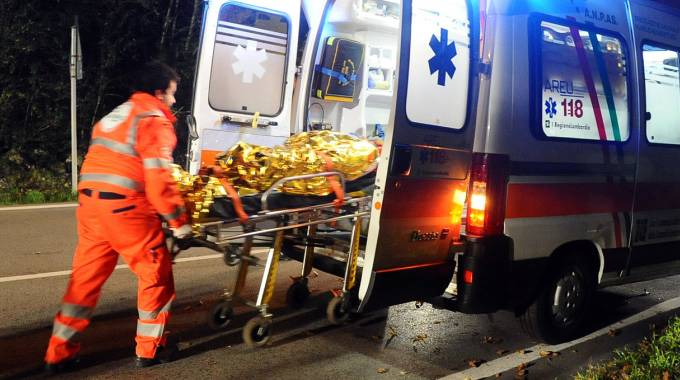 Un'ambulanza che presta soccorso