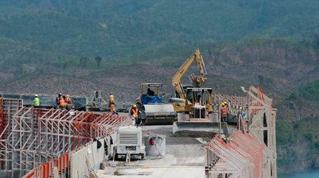 Un cantiere della cooperativa ravennate Cmc e il direttore delle risorse umane, Diego Liuzzo