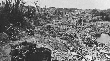 L'esercito americano in ricognizione a Cassino distrutta dai bombardamenti (Ansa, 1945)