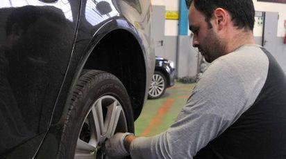 EFFETTI A farne  le spese, pneumatici  e cerchioni  Le richieste danni presentate dagli automobilisti sono in crescita A sinistra l'intervento di un gommista