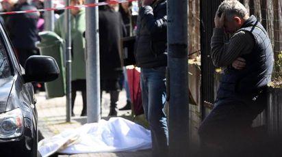 Donna uccisa davanti a scuola, lo strazio del padre (Ansa)