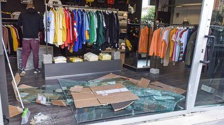 La vetrata sfondata del negozio Mode On (foto Federico De Marco)