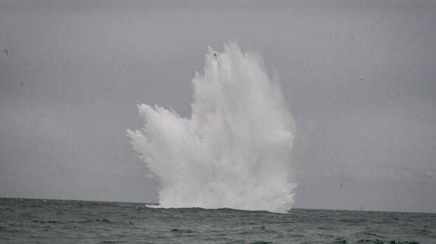 L'esplosione in mare (foto Marina Militare)