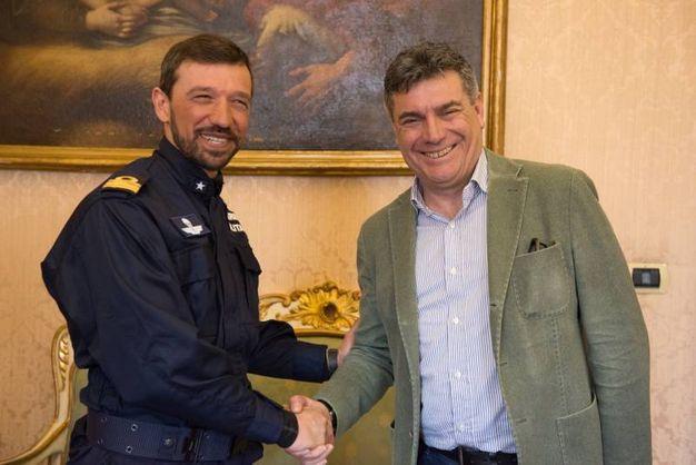 Il capitano di corvetta Thierry Trevisan e il sindaco di Fano Massimo Seri (foto Marina Militare)