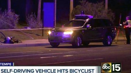 L'auto senza pilota di Uber sul luogo dell'incidente (Ansa)