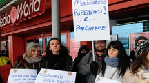 Protesta dei dipendenti Mediaworld del Centro Meraville a Bologna