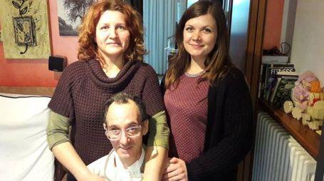 Salvatore Vono (57 anni) con la moglie e una persona che lo aiuta