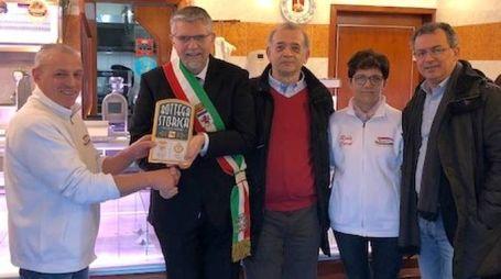 La consegna della targa 'Bottega storica' a Maurizio Emiliani e sua moglie Giuliana Bassi