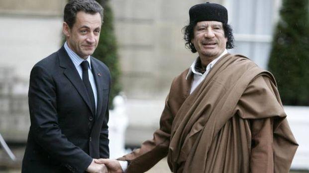 Sarkozy con l'ex leader libico Gheddafi nel 2007 (Ansa)