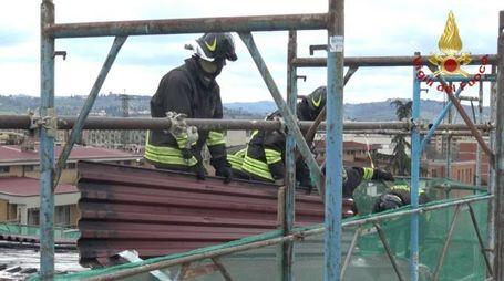L'intervento dei vigili del fuoco su un tetto