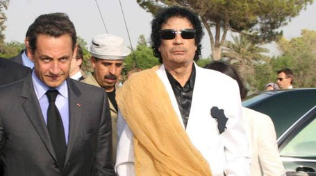 Nicolas Sarkozy e Muammar Gheddafi (Ansa)