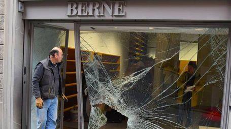 La vetrina distrutta (De Pascale)