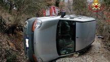 Auto si ribalta, conducente incastrato: salvato dai vigili del fuoco