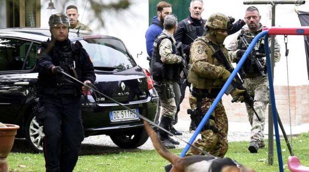 Blitz dei carabinieri e forze speciali nella Bassa durante la latitanza di Igor