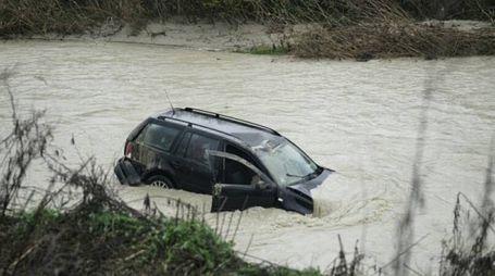 L'auto finita nel fiume (foto Zeppilli)