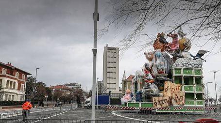 Il vento danneggia il carro di Rossini, alla Palla di Pomodoro (Fotoprint)