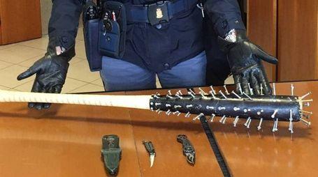 Le armi sequestrate al gruppo di vandali