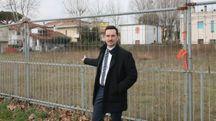 Il sindaco Matteo Gozzoli davanti all'area Ex Prealpi