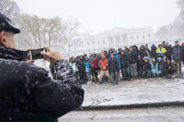 Foto di gruppo 'primaverile' davanti alla Casa Bianca (Ansa)
