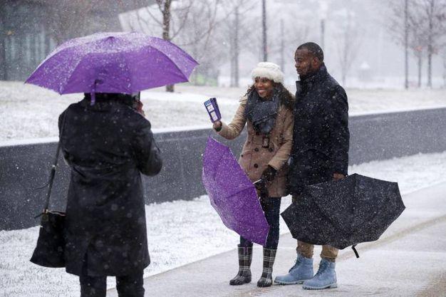 Selfie sotto la neve (Ansa)