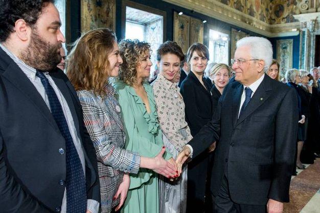Il presidente stringe la mano a un gruppo di attrici (Lapresse)