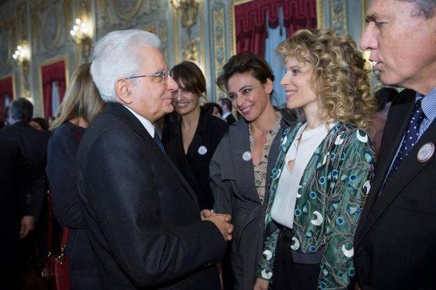 Mattarella stringe la mano a Sonia Bergamasco (Lapresse)