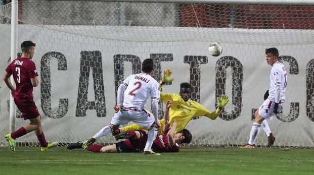 Un'azione pericolosa della Reggiana in maglia bianca ma il portiere del Fano si destreggia bene