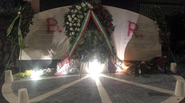 La scritta BR comparsa sulla lapide che ricorda le vittime dell'agguato di via Fani (Ansa)