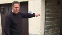 Gino Arnaldi indica il luogo dove è avvenuta l'aggressione