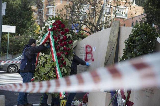 Imbrattata la stele di via Fani: i  carabinieri vicino al  monumento che ricorda le vittime dell'agguato (Ansa)