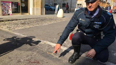 Un agente della municipale mostra il punto in cui è avvenuta l'aggressione a ottobre