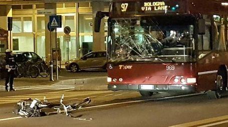 Il vetro distrutto del bus su via Marconi