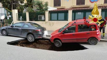 La maxi voragine in circonvallazione Appia (LaPresse)