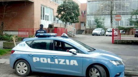 la volante del commissariato di polizia di Faenza davanti l'istituto dove si teneva l'esam