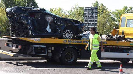 L'automobile distrutta su cui viaggiava la coppia di fidanzati