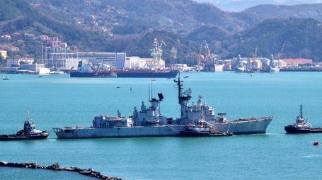 Il cacciatorpediniere L'Ardito lascia la base navale della Spezia (foto di Achille Alessandro Burla)