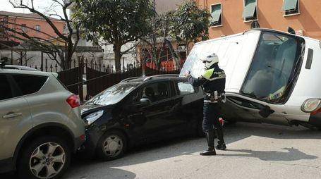 La polizia locale durante i rilievi
