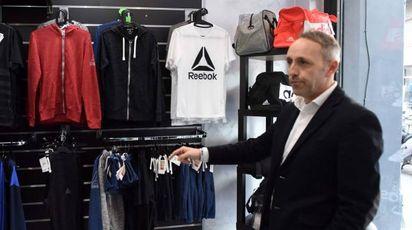 Giordano Perini titolare del negozio 'Maracanà' (foto De Marco)