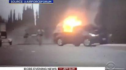 Un fermo immagine tratto da un video mandato in onda dalla Cbs mostra l'auto in fiamme