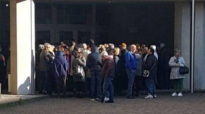 La fila fuori dal tribunale per assistere all'udienza