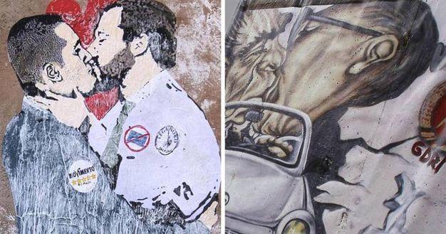 Il murales del bacio tra Salvini e Di Maio e a fianco quello più famoso che raffigura il bacio tra Leonid Breznev ed Eric Honecker, comparso in diverse città di Europa in occasione del 20° anniversario della caduta del muro di Berlino (Ansa)