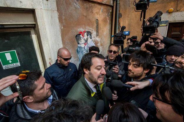 Matteo Salvini va a vedere il murales che lo ritrae mentre bacia Di Maio (ImagoE)