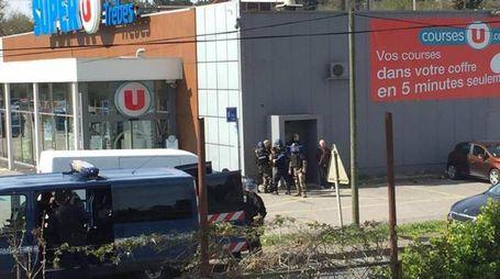 Francia, assalto e vittime in un supermercato a Trebes (foto Ansa)