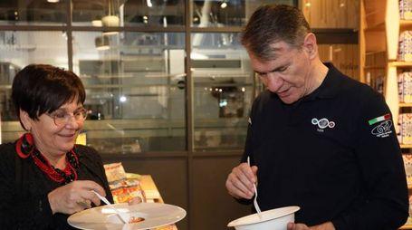 Nespoli durante la breve visita a Fico di oggi trova il tempo per gustarsi un piatto di pasta