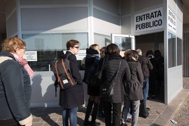 La fila per entrare (foto Zani)