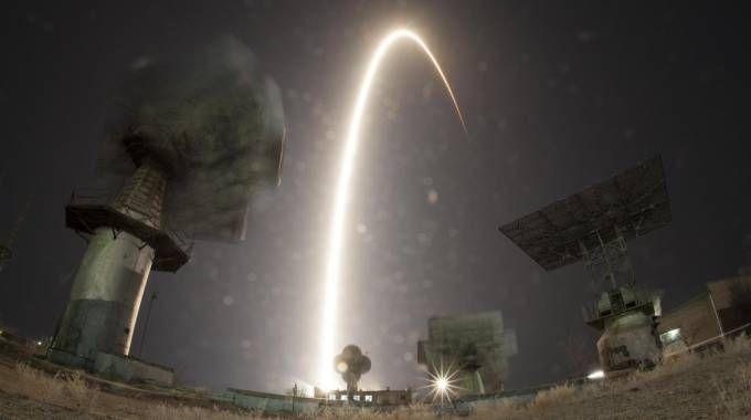 La bellissima foto a lunga esposizione del lancio della Soyuz (Ansa/Ap/Dmitri Lovetsky)