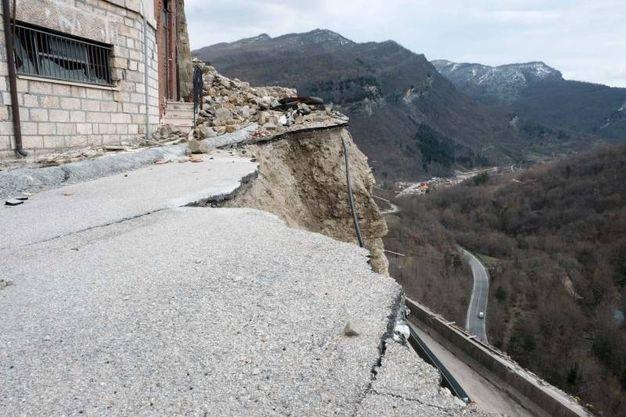 Quello che resta della strada (foto Labolognese)